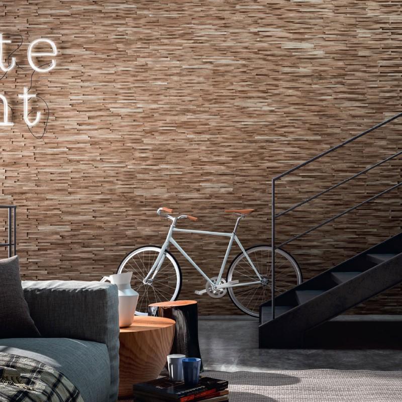 Salon et montée d'escalier avec panneaux muraux en chêne