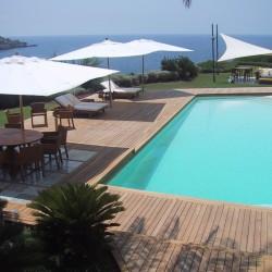 Terrasse de piscine exterieure en teck