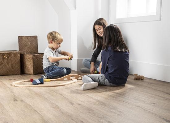 enfants jouant sur sol vinyle